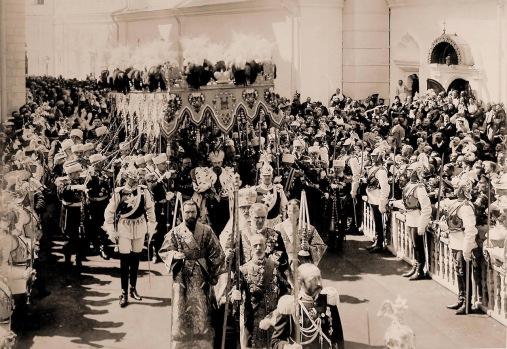 Coronation_1896,_walking_under_cover